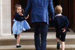 Die Kinder besuchen ihre Mutter Herzogin Kate im Spital. Dort kam ihr neues Geschwisterchen Prinz Louis zur Welt, 2018. (Bild: EPA/ANDY RAIN)