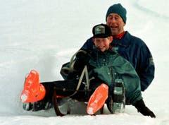 Prinz Charles schlittelt mit seinem Sohn Prinz Harry in Klosters in der Schweiz. Harry ist hier 12 Jahre alt (1997). (Bild. AP PHOTO/John Stillwell)