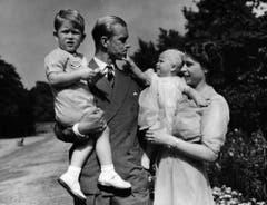 Prinzessin Elizabeth (rechts) mit ihrem Mann Prinz Philip und ihren Kindern Prinz Charles (links) und Prinzessin Anne im August 1951. (Bild: AP Photo/Eddie Worth)