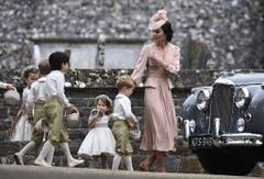 Kate an der Hochzeit ihrer Schwester Pippa Middleton im Jahr 2017. Mit dabei als Blumenkinder: Prinz George, mitte, und Tochter Prinzessin Charlotte (Dritte von rechts). (Bild: Justin Tallis/Pool Photo via AP)