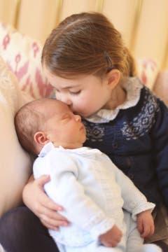 Prinzessin Charlotte kuschelt mit ihrem Bruder Prinz Louis. (Bild: Duchess of Cambridge/via AP)