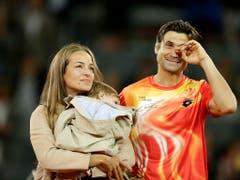 Emotionaler Abschied: David Ferrer sagt den Fans an der Seite seiner Frau Marta und Sohn Leo Adios (Bild: KEYSTONE/AP/ANDREA COMAS)