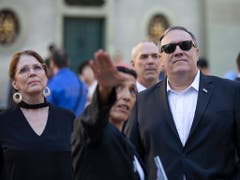 US-Aussenminister Pompeo und seine Frau besuchten nach dem Bundeshaus auch noch die Berner Altstadt und den Rosengarten. (Bild: KEYSTONE/PETER KLAUNZER)