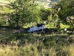 Erst nach vierzig Metern kam der Schaftransporter zum Stillstand. Er überschlug sich mehrmals. (Bild: Kantonspolizei Wallis)