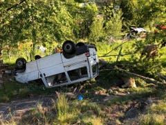 Fahrer und Beifahrer des Lieferwagens wurden schwer verletzt. Einige Schafe wurden beim Unfall getötet. (Bild: Kantonspolizei Wallis)