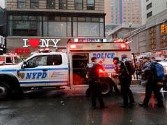 Polizei und Feuerwehr beim Einsatz in der Nähe des Times Square im Herzen von Manhattan. (Bild: KEYSTONE/AP/MARK LENNIHAN)