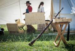 Allzeit Schussbereit. Ein Ranger präsentiert ein Gewehr vor seinem Zelt. (Bild: Reto Martin)