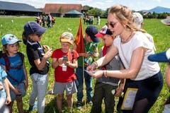 Die Kinder erhalten Fahrkarten. Auf was für eine Reise es wohl geht? (Bild: Christian H. Hildebrand, Hagendorn, 8. Juni 2019)