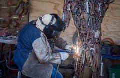 Ein Frau schweisst ein Stahl-Kunstwerk. (Bild: Reto Martin)