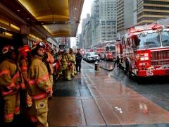 Die New York Fire Fighters machen sich zum Einsatz in der Nähe des Times Square bereit. (Bild: KEYSTONE/AP/MARK LENNIHAN)