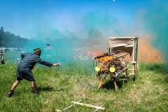 Plötzlich fängt die Lokomotive Feuer. Die Löschversuche scheitern. (Bild: Christian H. Hildebrand, Hagendorn, 8. Juni 2019)