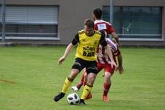 Markus Zurfluh behauptet den Ball.