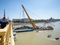 Der Schwimmkran am Werk: Langsam hebt er das Wrack aus den Fluten der Donau in Budapest. (Bild: KEYSTONE/EPA MTI/BALAZS MOHAI)