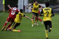 Spielertrainer Samuel Lustenberger versucht den Gegner vom Ball zu trennen.
