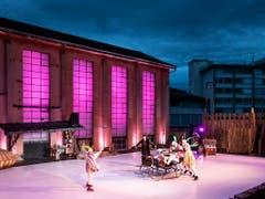 Das Leben spielt auf einem rutschigen Boden: Die Freilichtspiele Luzern lassen die Shakespeare-Komödie «Was ihr wollt» auf einem Plastikeisfeld im Industrieareal spielen. (Bild der Hauptprobe) (Bild: KEYSTONE/ALEXANDRA WEY)