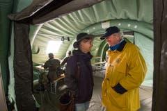 Karin Kayser und Paul Winiker unterhalten sich in der mobilen Einsatzleitzentrale. (Bild: Eveline Beerkircher, Walenstadt, 12. Juni 2019)