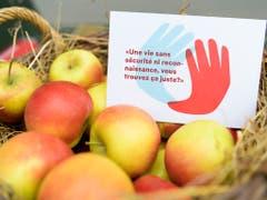 Postkarten und Äpfel für die Passanten zur Lancierung des Bäuerinnen-Appells am Mittwoch in Bern. (Bild: KEYSTONE/ANTHONY ANEX)