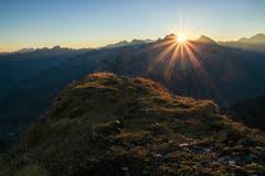 Um 05:00 Uhr früh war der Startschuss für unsere Stirnlampenwanderung auf den Hoch Geissberg, welcher vom Grössten Teil des Urner Talbodens sichtbar ist. Um 07:30 Uhr erreichten wir den Gipfel und frohren noch eine halbe Stunde (trotz vielen Kleiderschichten), bis endlich die wärmende Sonne zwischen dem Grossen und dem Kleinen Windgällen aufging. (Bild: Urs Furrer, Hoch Geissberg, 14. Oktober 2018)