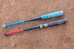 Schläger: Der Baseballschläger ist aus Holz oder Composite. Er ist in der Regel 800 bis 1000 Gramm schwer und misst maximal knapp 107 cm.