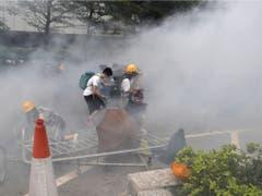 Die Polizei geht mit Pfefferspray und Wasserwerfern gegen die Protestanten vor. (Bild: Keystone/AP/KIN CHEUNG)