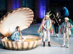 Viola wird in einer grossen Muschel aus dem Meer gerettet: Szene von «Was ihr wollt» der Freilichtspiele Luzern, das am Dienstag Premiere hatte. (Bild der Hauptprobe) (Bild: KEYSTONE/ALEXANDRA WEY)