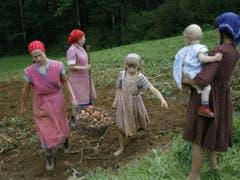 Das Mittelalter ist vorbei: Bäuerinnen wollen endlich sozial abgesichert sein für ihre massgebliche Arbeit in den landwirtschaftlichen Betrieben. Mit dem am Mittwoch in Bern lancierten Bäuerinnen-Appell setzen sie Druck auf. (Bild: KEYSTONE/URS FLUEELER)