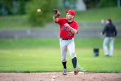 Ein Catcher fängt den Ball.