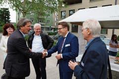 Willkommensgruss unter Ständeräten: Paul Rechtseiner (SP, links) und Benedikt Würth (CVP), der bis Ende Jahr auch als Regierungsrat im Amt bleibt.