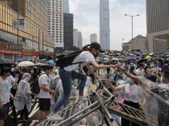 Die Protestanten errichten Strassenbarrikaden und blockieren wichtige Verkehrsadern in Hongkong. (Bild: Keystone/AP/KIN CHEUNG)