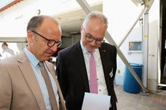 Diskret im Hintergrund alles im Griff: Die Organisatoren und Gastgeber Schulratspräsident Christoph Ackermann (links) und Gemeindepräsident Elmar Metzger.