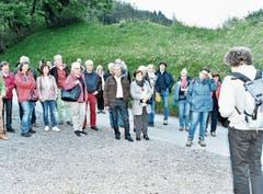Auf dem Weg zur Burg hören die Gäste den Ausführungen von This Isler aufmerksam zu.