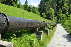 Während des gesamten Weges über die Rappenlochschlucht folgt man diesem Wasserrohr.