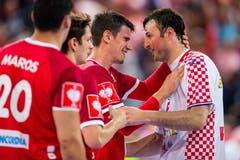 Andy Schmid (links) verabschiedet sich von Kroatiens Domagoj Duvnjak. (Bild: Philipp Schmidli, Zug, 12. Juni 2019)