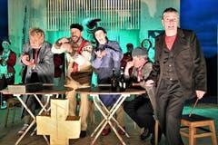 Im Alptheater werden die sieben Obwaldner Gemeinden personifiziert und nach Strich und Faden in vollen Tönen besungen und karrikiert. (Bild: Romano Cuonz, Stalden, 12. Juni 2019)