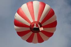 Die Zentralfahne des Schweizerischen Turnverbandes wird per Heissluftballon eingeflogen. (Bild: Emil Bösch/ETF)