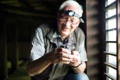 Bei Schutz und Erhalt ihrer Nester sind Mauer- und Alpensegler in der Stadt auf die Hilfe von Hauseigentümern und Naturschützern angewiesen. Im Tröckneturm im Areal der Burgweier ist so eine grosse Seglerkolonie entstanden. Sie wird für den Naturschutzverein Stadt St.Gallen und Umgebung (NVS) durch den Ornithologen Martin Koegler betreut. Er kann hier bei Bedarf auch andernorts aus Nestern gefallene Jungvögel bei «Pflegeeltern» platzieren. (Bild: Luca Linder - 8. Juli 2013)