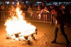 Symbolisch einen BH verbrennen: Frauenstreik in Lausanne. (Bild: KEYSTONE/Laurent Gillieron)