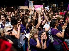 Emotionen an der Kundgebung zum Frauenstreiktag auf der Place St-François in Lausanne. (Bild: KEYSTONE/JEAN-CHRISTOPHE BOTT)