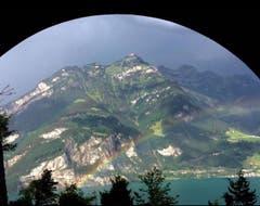 Regenbogen über dem Urnersee. Sicht aus Isenthaler-Kehrtunnel. (Bild: Marlies Ledermann, 9. Juni 2019)