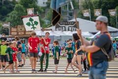 Eine Jugi Gruppe auf dem Weg ans Turnfest. (Bild: Urs Flüeler / Keystone, Aarau, 14. Juni 2019)
