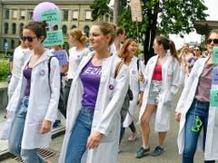 Pflegerinnen vor dem Zürcher Universitätsspital am Frauenstreik. (Bild: KEYSTONE/WALTER BIERI)