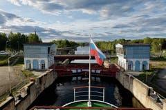 Das Schiff fährt Lift: Eine der 19 Kammerschleusen des Weissmeer-Ostsee-Kanals, die den Onegasee mit dem Weissen Meer verbinden.
