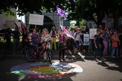 Rund 50 Frauen aus Wil – von etwas über 20 Jahren bis über das Pensionsalter hinaus – forderten am Frauenstreik die Gleichberechtigung.