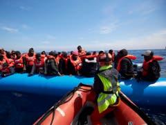 Sichere und legale Fluchtwege statt lebensgefährliche Überfahrten in ungeeigneten Booten sind das Motto des Nationalen Flüchtlingstags in der Schweiz. (Bild: KEYSTONE/AP Sea-eye.org/FABIAN HEINZ)