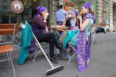 Teilnehmerinnen am Frauenstreik sitzen in einem Strassencafe und geniessen Kaffee und Gipfeli, am Freitag, 14. Juni 2019 in Bern. (KEYSTONE/Peter Klaunzer)