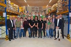 Angestellte der Landi Toggenburg, weitere Landi-Vertreter, Behördenmitglieder und Verantwortliche der beteiligten Baufirmen freuen sich auf die Eröffnung. (Bild: Beat Lanzendorfer)