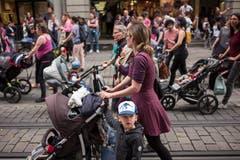 Tausende Frauen, einige Männer und Kinder marschieren für bessere Bedingungen bei der Kinderbetreuung am Tag des Frauenstreiks am Freitag, 14. Juni 2019 in der Innenstadt von Bern. (Bild: KEYSTONE/Alessandro della Valle)