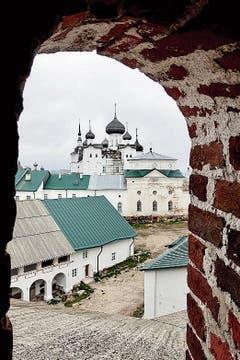 Solowezki-Inseln: Blick von der Festung Solowezkaja auf das Kloster.