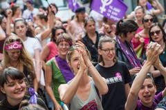 Friedlich marschieren die Demonstrierenden durch die Stadt. (Bild: Pius Amrein, Luzern 14. Juni 2019)