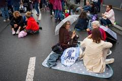 «Zmorge» auf der Strasse am Frauenstreik in Lausanne. (Bild: KEYSTONE/Jean-Christophe Bott)